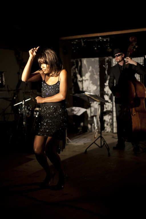 Lola's dance as dramatic moments unfold. Theater, comedy, fine jazz and blues art and gourmet dining – excitement of all senses. Currently in Nürnberg, Fürth and Erlangen, the ultimate Vocal Affairs Dinner Show by Willetta Carson, jazz vocalist from Chicago